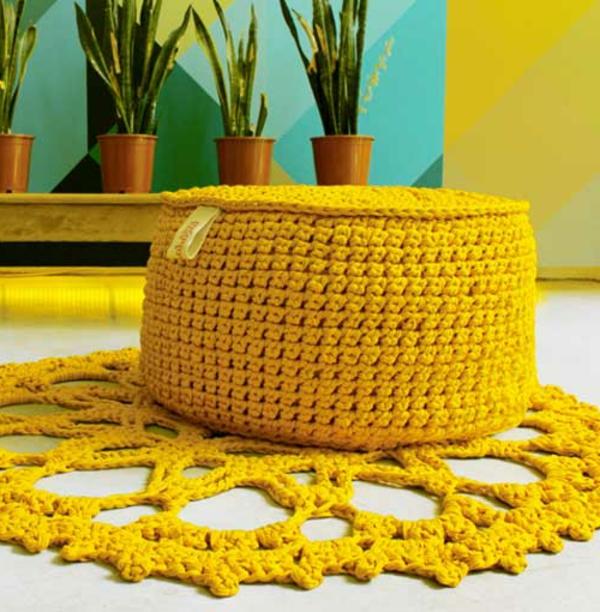 pouf-au-crochet-un-pouf-jaune-tricoté