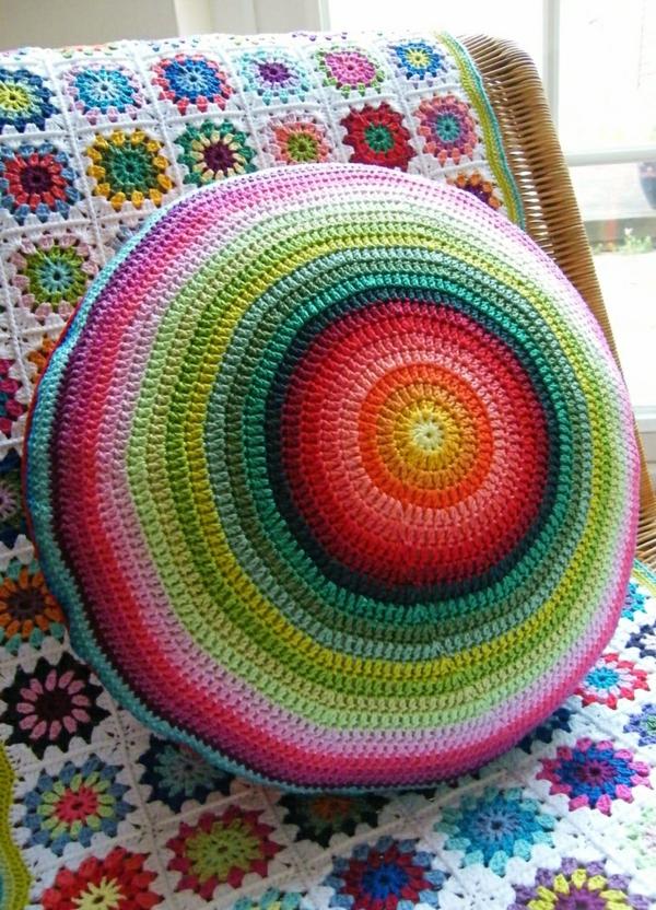 pouf-au-crochet-un-pouf-rond-à-motifs-magnifiques-colorés