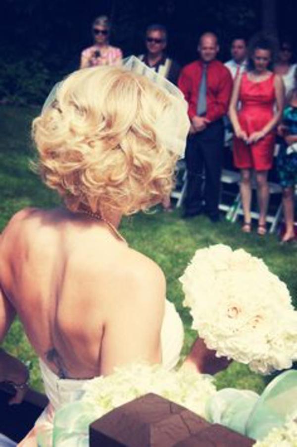 retro-photo-mariage-blonde-femme-avec-coiffure-mariage-cheveux-mi-long