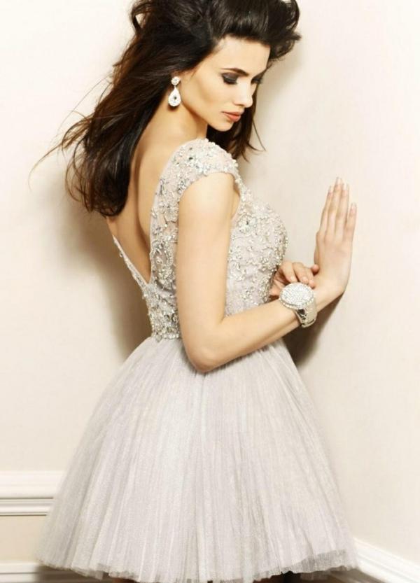 robe-ceremonie-jolie-avec-une-robe-spéciale-montre-femme-cristaux