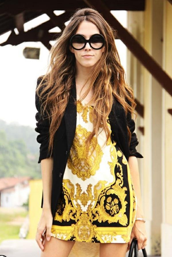 robe-chique-elegante-versace-lunettes-rondes-cheveux-longues-resized