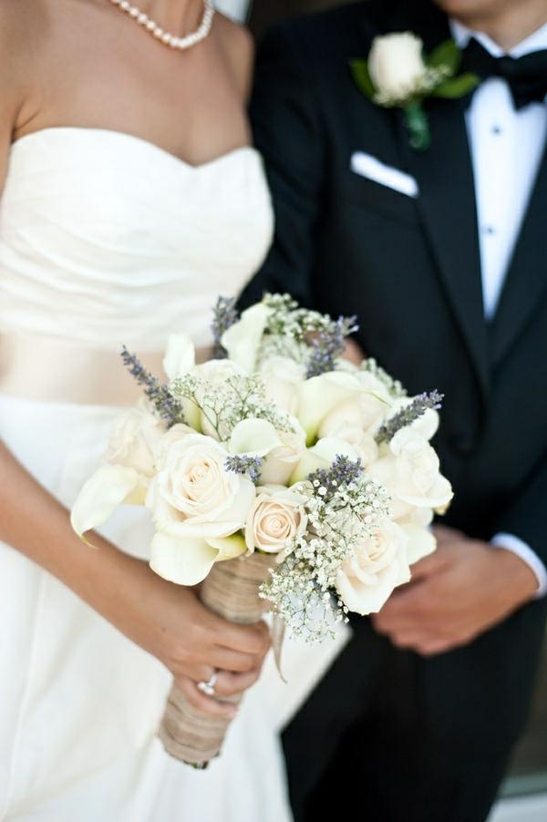 robe-de-mariée-fleurs-accessoires-couple-heureuse