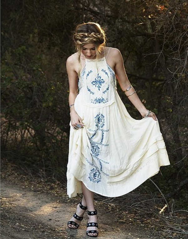 robe-hippie-chic-blanche-et-sandales-noires
