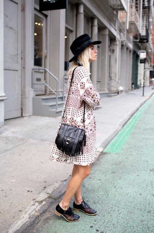 robe-hippie-chic-chapeau-feutre-et-chaussures-noires-boho