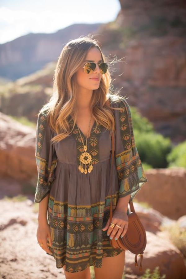 robe-hippie-chic-et-un-bijou-éthnique-doré