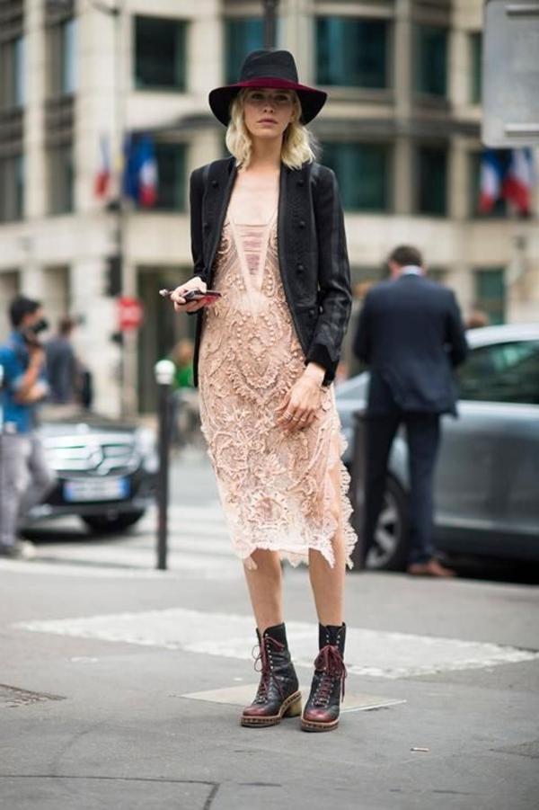 robe-hippie-chic-robe-midi-en-rose-pâle-et-des-bottes-massives