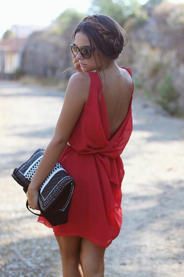 robe-rouge-lunettes-de-soleil-rondes-coiddure-des-cheveux-rondes-resized