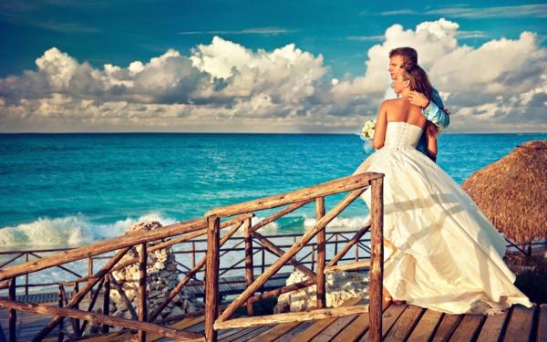 rrobe-de-mariée-inspirée-par-les-princesses-de-disney-couple-au-bord-de-la-mer-mariage