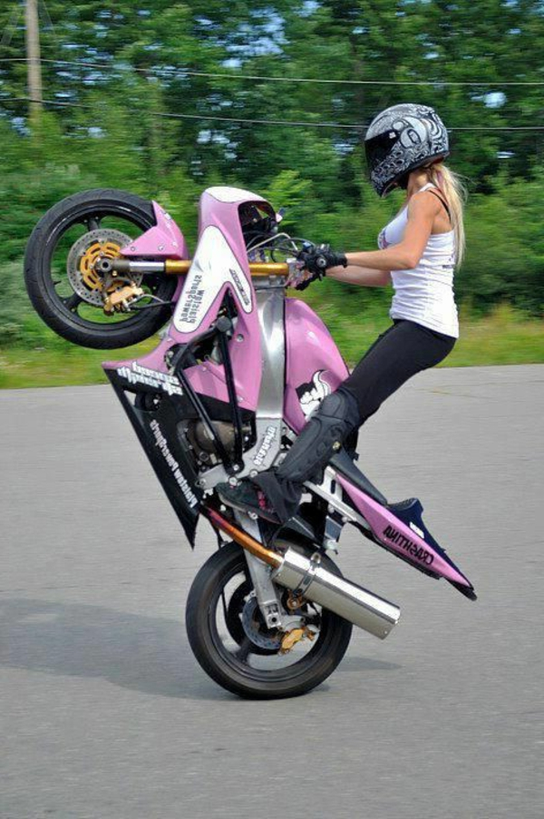 sécurité-sur-la-route-équipement-moto-femme-moto-rose