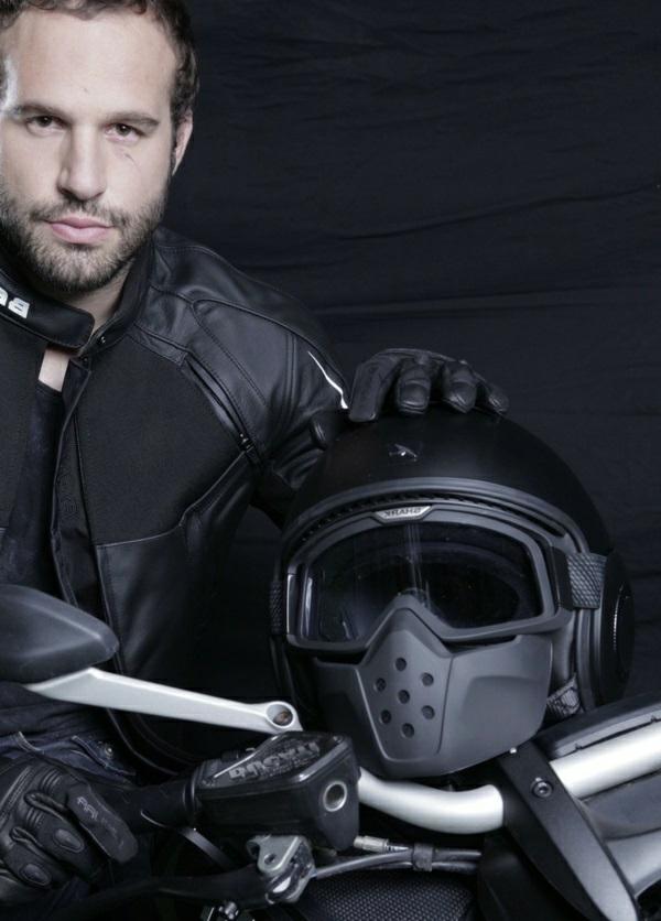 sécurité-sur-la-route-équipement-moto-homme-joli