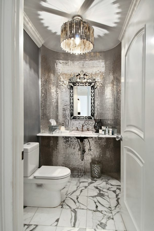 salle-de-bains-grise-carreaux-luisants-au-mur-et-plafonnier-remarquable
