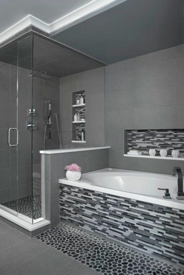 salle-de-bains-grise-carrelage-mosaique-en-gris-et-blanc-baignoire-encastrée