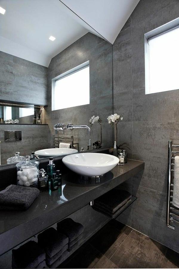 Salle De Bain Blanche Et Grise : salle de bains grise, vasque élégante en blanc et un comptoir noir