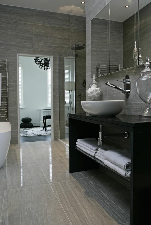 salle-de-bains-grise-et-convenable