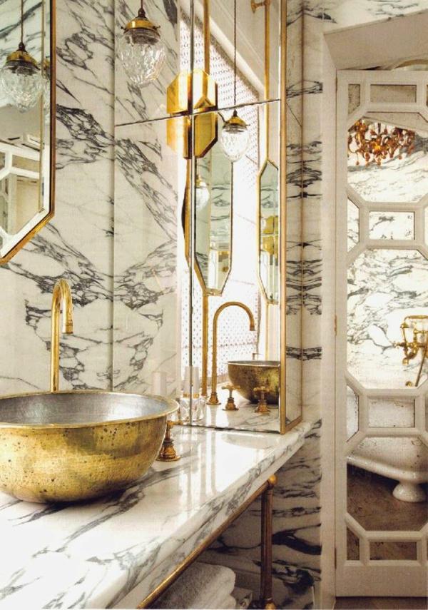 salle-de-bains-grise-intérieur-en-gris-et-blanc-et-accessoires-dorés