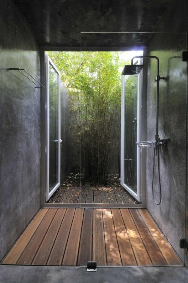 salle-de-bains-grise-ouverte-vers-l'extérieur