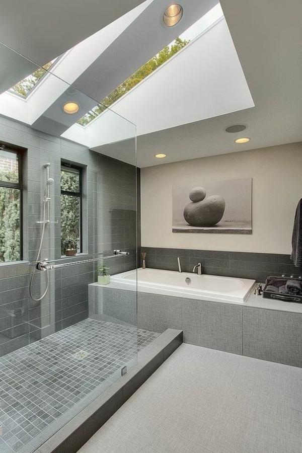 salle-de-bains-grise-toiture-en-verre-grande-cabine-de-douche