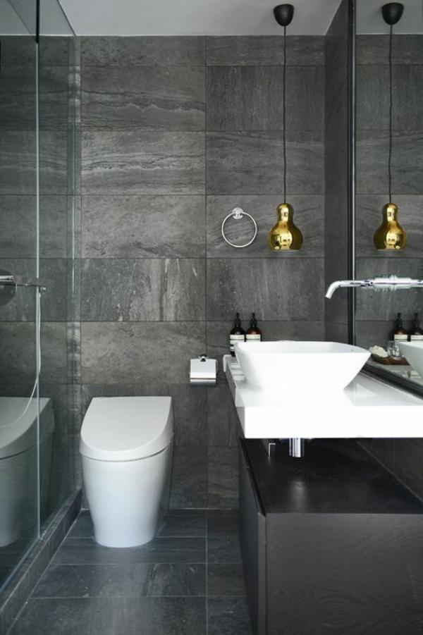 salle-de-bains-grise-une-lampe-pendante-dorée