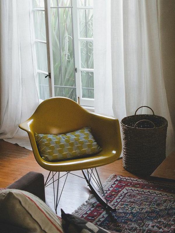 salon-avec-fauteuil-papillon-jaune