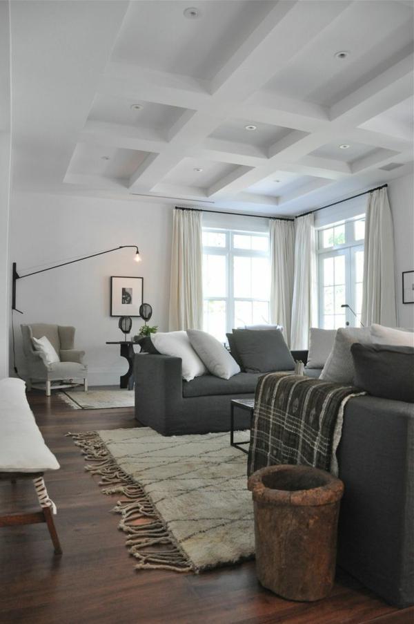 salon-avec-parquet-marron-tapis-blanc