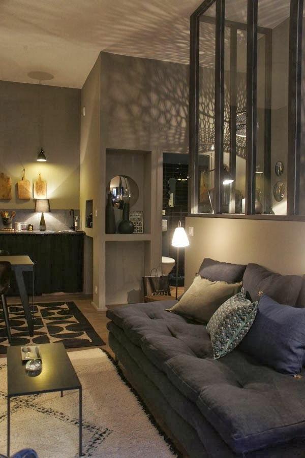 salon-murs-gris-confortabe-intérieur
