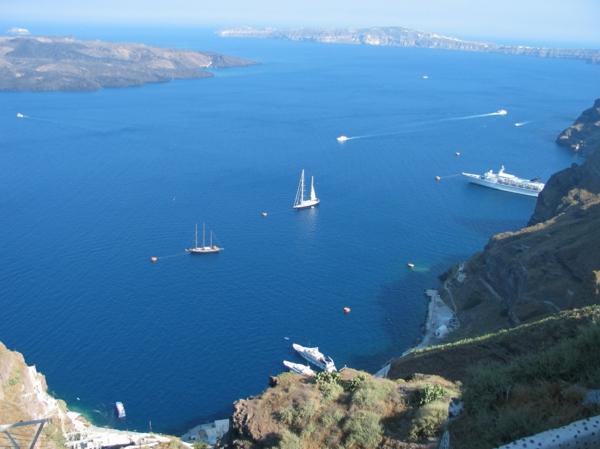 santorini-la-mer-bleue-montagnes-ile-jolie