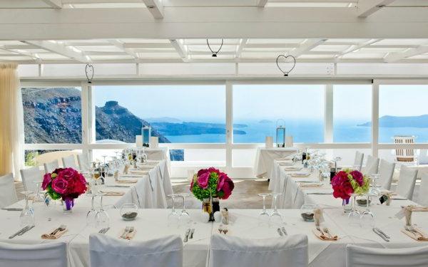 table-bien-aménagé-réception-mariage-à-santorin