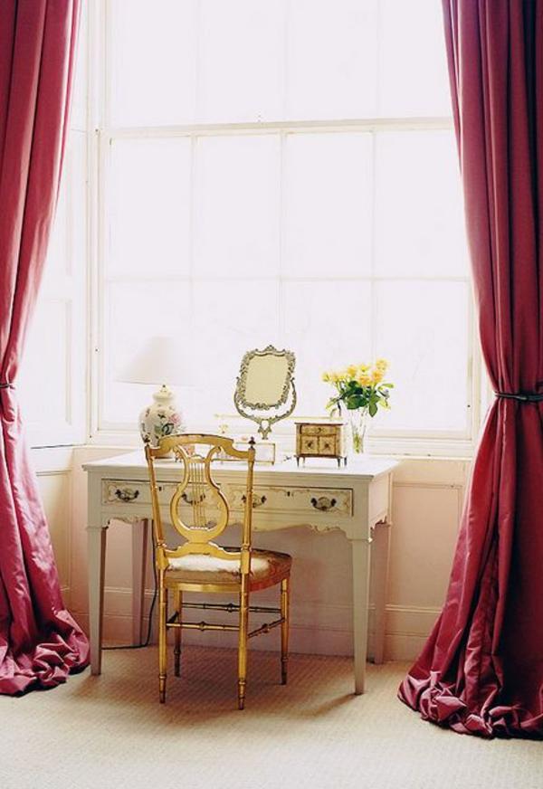 table-de-maquillage-simple-rideaux-longs-rouge