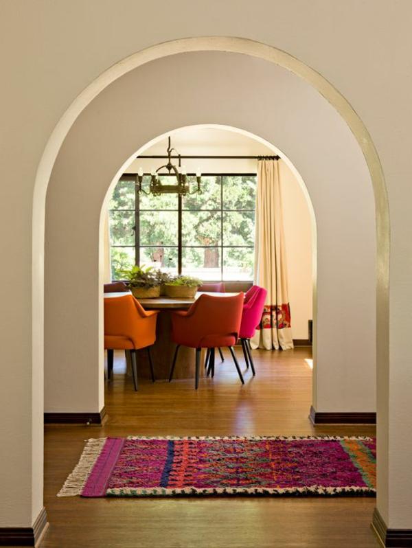 tapis multicolore et salle de déjeuner