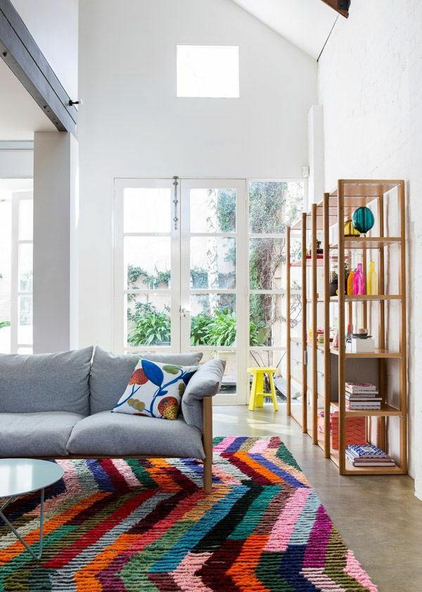 tapis-multicolore-et-étagère-minimaliste