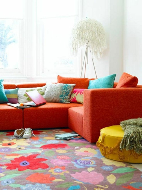 tapis-multicolore-et-sofa-rouge