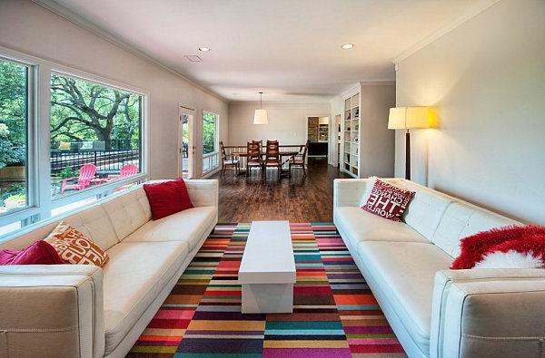 tapis multicolore, intérieur superbe, deux sofas blancs