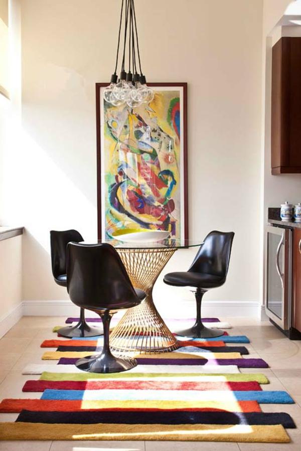 tapis multicolore, petite table ronde et chaises tulipes