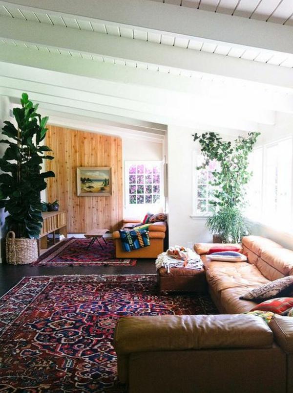tapis-multicolore-plafond-en-bois-blanc-et-sofa-en-cuir