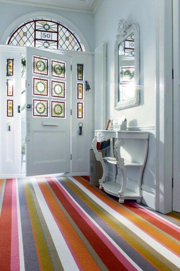 tapis-multicolore-rayures-colorées-sur-un-long-tapis-de-couloir