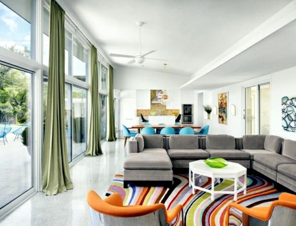 tapis multicolore, un sofa dangle et grandes fenêtres, salle de ...