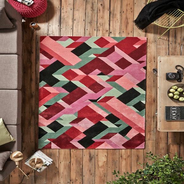 tapis-multicolore-sur-un-sol-en-bois