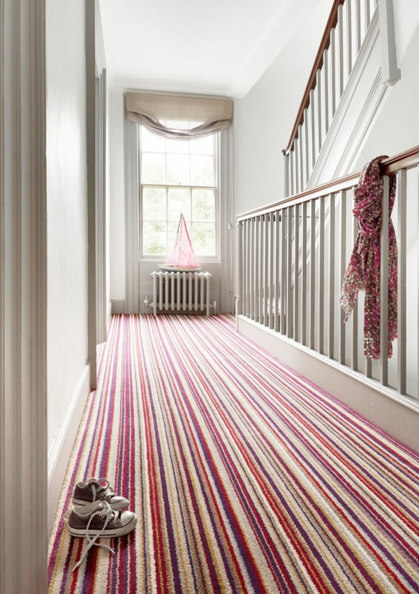 tapis-multicolore-un-couloir-blanc