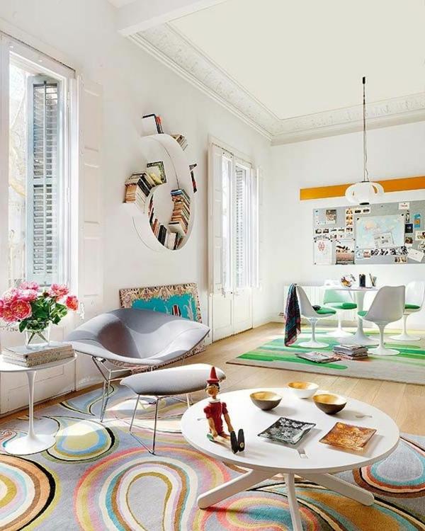 tapis multicolore, peinture blanche et mobilier blanc, intérieur ...