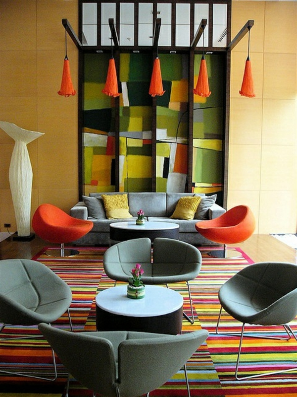 tapis-multicolore-un-tapis-rayures-chaises-modernes-et-déco-murale