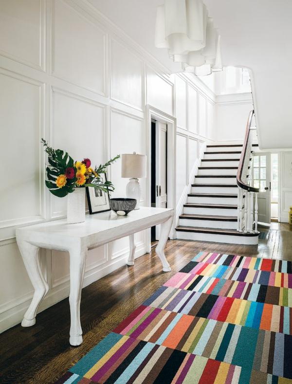 tapis multicolore, une entrée de maison blanche et un tapis bariolé ...