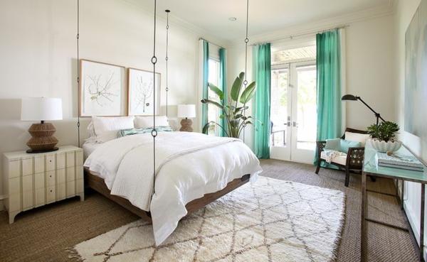 tapis-sisal-chambre-à-coucher-originale-rideaux-turquoises