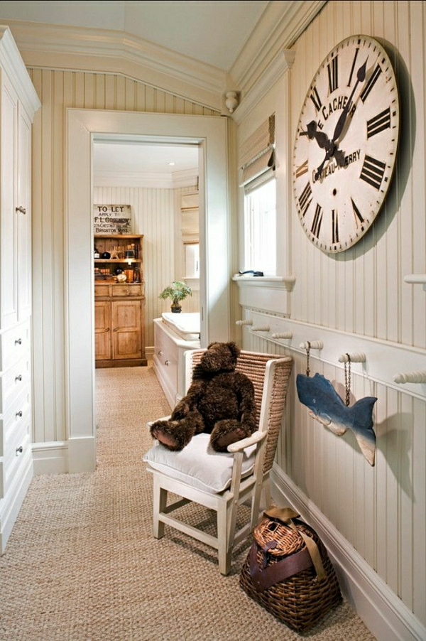tapis-sisal-dans-un-couloir-peint-blanc