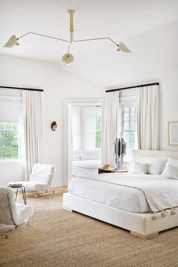 tapis-sisal-dans-une-chambre-à-coucher-blanche