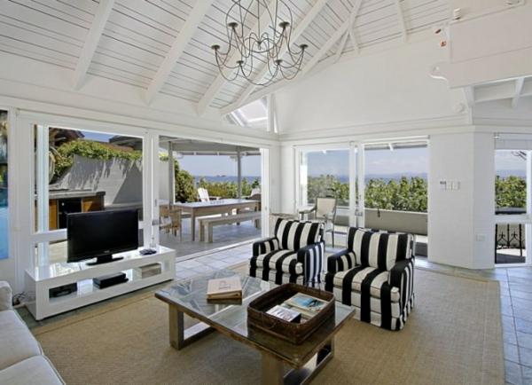 tapis-sisal-dans-une-maison-de-plage-en-blanc