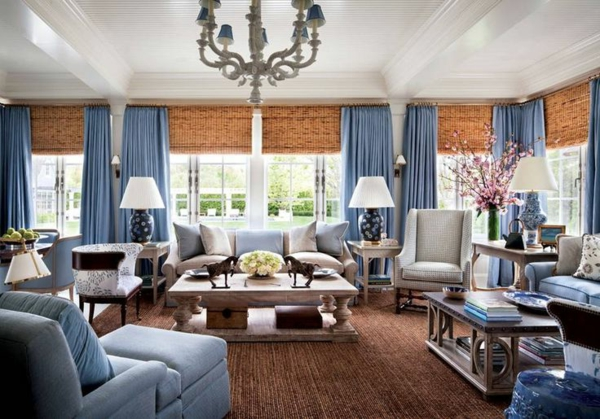 tapis-sisal-en-couleur-marronne-foncée-et-rideaux-bleus