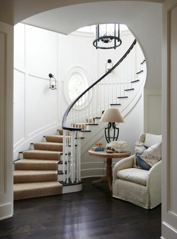tapis-sisal-escalier-élégant-un-fauteuil-vintage