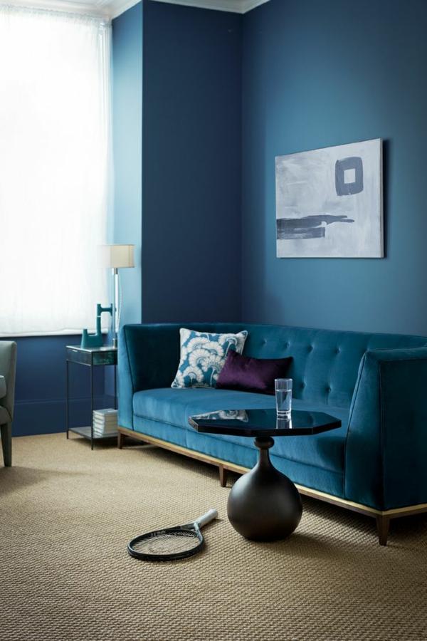 tapis-sisal-et-sofa-bleu-un-mur-bleu-aussi