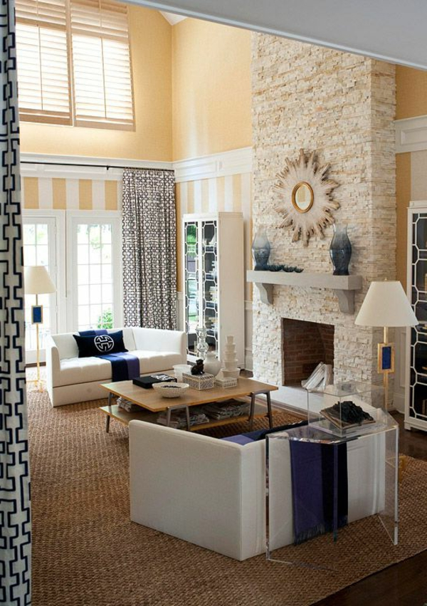 tapis-sisal-jolis-sofas-blancs-un-haut-plafond-et-cheminée-en-pierre-blanche