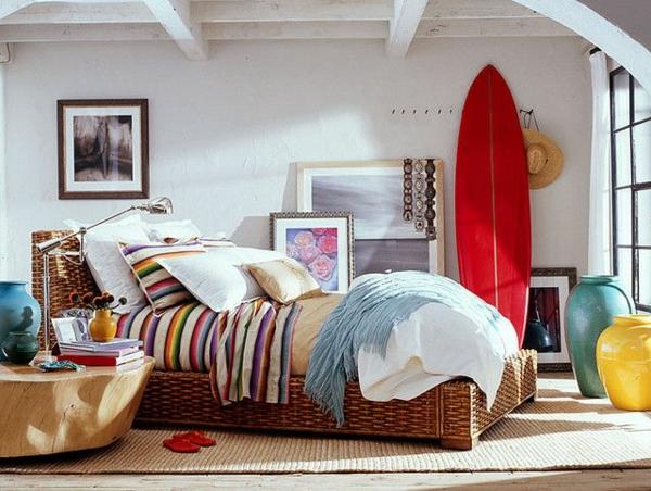 tapis-sisal-lit-en-matière-naturelle-et-table-ronde-en-bois